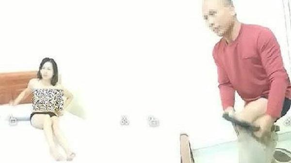 Phân trần của người cùng nữ giáo viên khỏa thân trong nhà nghỉ