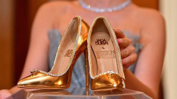 Đôi giày cao gót đắt nhất thế giới có giá cao hơn cả siêu xe Bugatti
