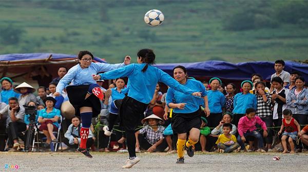 Thiếu nữ mặc váy tranh chấp bóng quyết liệt trên sân không cỏ