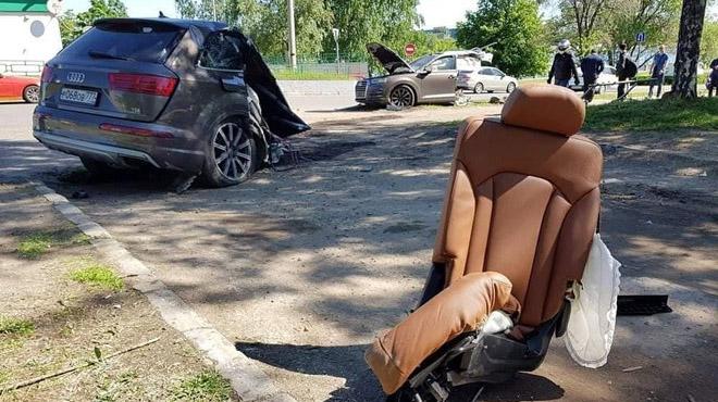 Audi Q7 đâm vào cột đèn, thân xe đứt làm đôi tài xế may mắn thoát chết