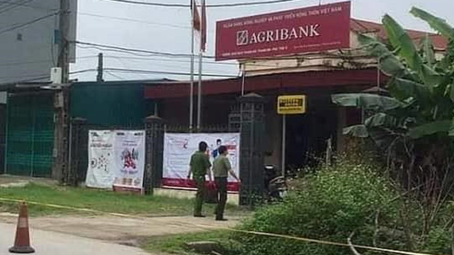 Tên cướp mặc áo mưa xông vào ngân hàng Agribank ở Phú Thọ