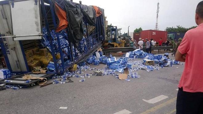 Nhiều người bị xe tải đè chết khi đứng xem tai nạn giao thông