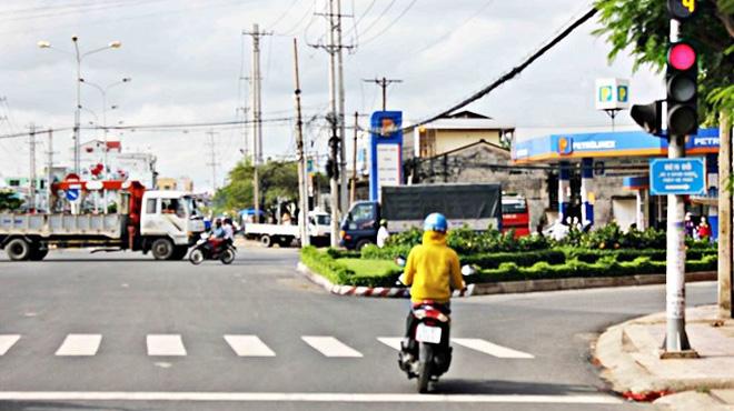 Tôi đi xe máy rẽ phải khi đèn đỏ có bị phạt hay không?