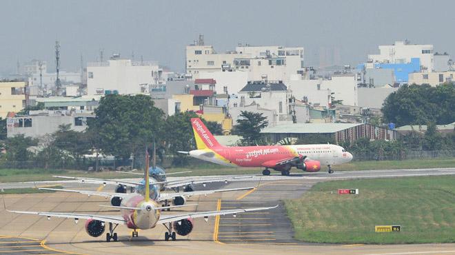 'Tạt đầu' máy bay tại Tân Sơn Nhất, tài xế ôtô bị phạt 4 triệu đồng