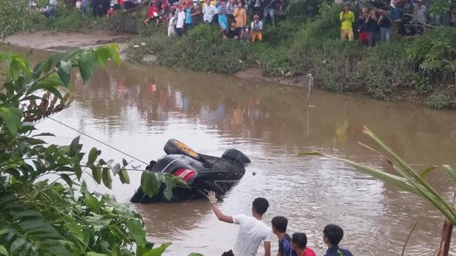 3 thi thể trong xe Mercedes nổi trên rạch