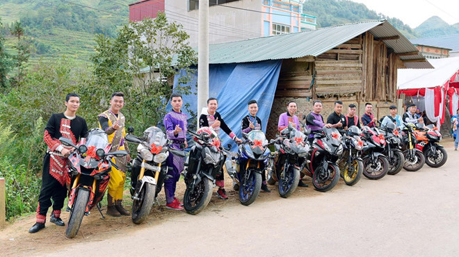Đoàn xe phân khối lớn mặc trang phục dân tộc H'Mông rước dâu ở Lào Cai