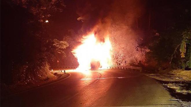 Xe khách chở 20 người bốc cháy dữ dội khi đang chạy trên quốc lộ Quảng Ninh