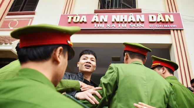 Hàng trăm người đến tòa theo dõi phiên xử Khá Bảnh