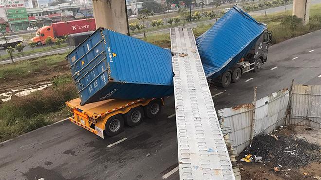 Dầm cầu vượt rơi đè bẹp xe container tại TP. Hồ Chí Minh