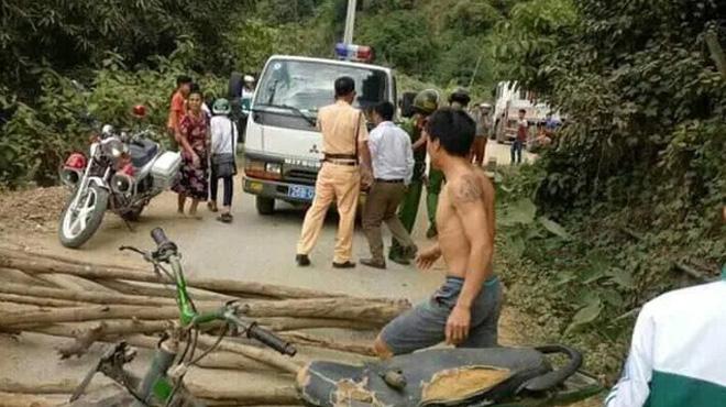 Dân chặn xe CSGT đòi trả phương tiện vi phạm