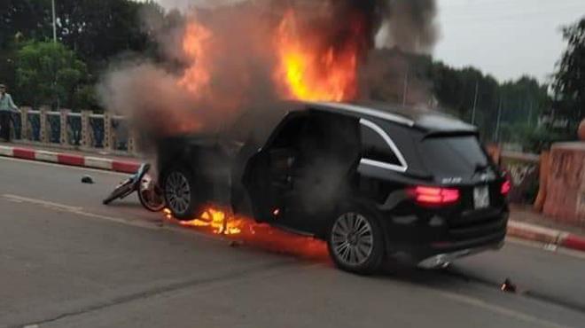 Mercedes GLC 250 tông 3 xe máy rồi bốc cháy
