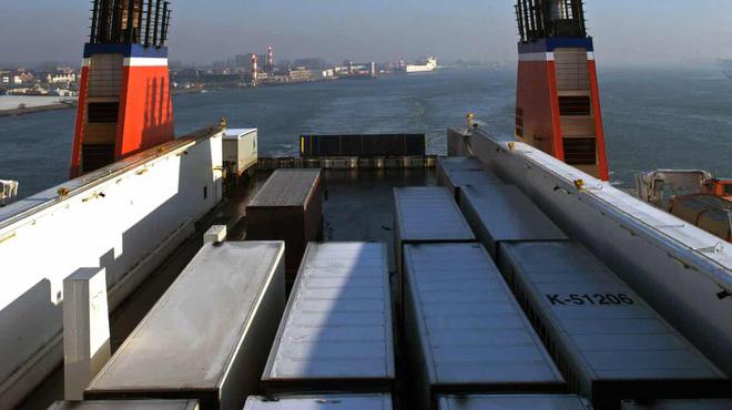 Phát hiện 25 người trong container đông lạnh trên phà đến Anh