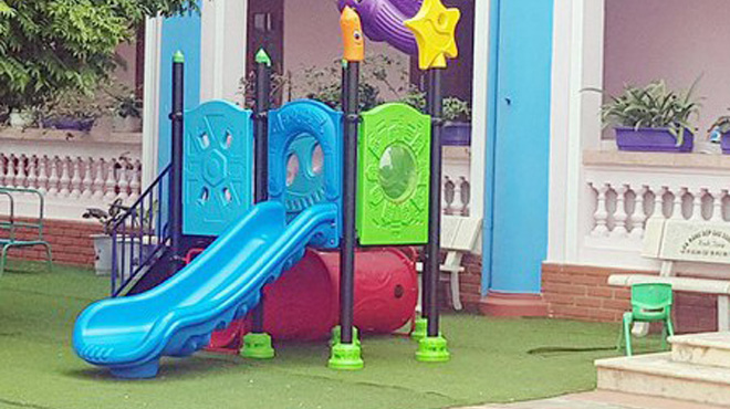 Kẹt đầu khi chơi cầu trượt ở trường, bé trai 3 tuổi tử vong