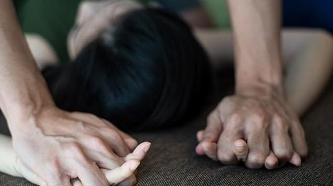 Cô gái 20 tuổi bị hai cha con cưỡng bức