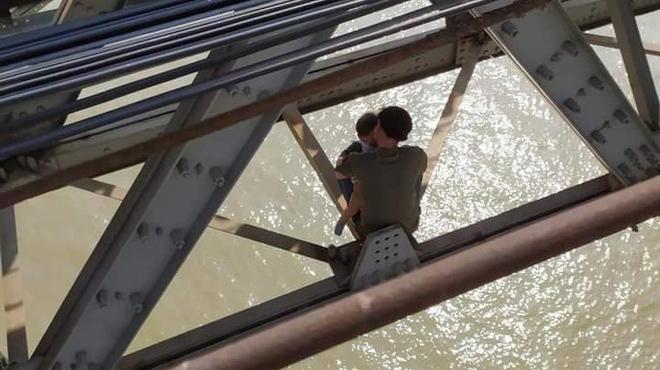 Cha ôm con lên cầu Long Biên định tự tử