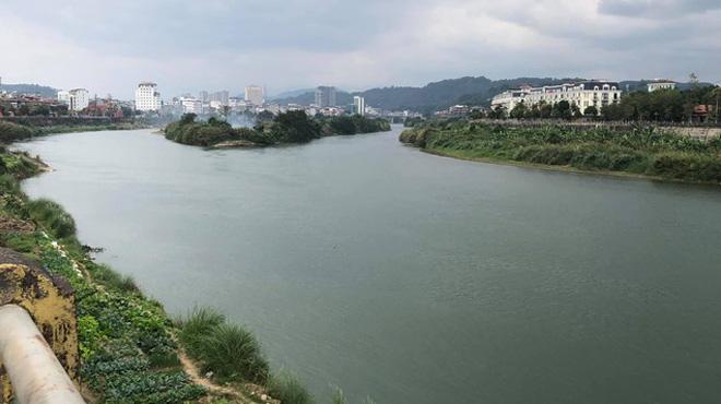 Nước sông Hồng có màu xanh bất thường ngày đầu năm
