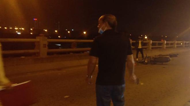 Người phụ nữ dắt con đi xin tiền bị xe máy tông chết tại cầu Thanh Trì