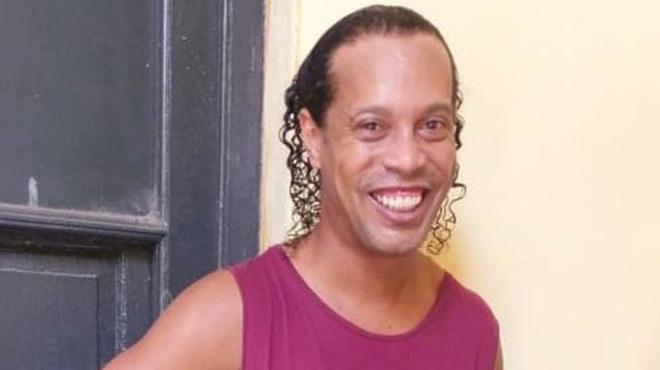 Ronaldinho cười tươi trong nhà tù Paraguay