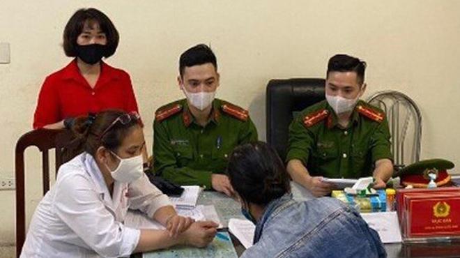 Một phụ nữ Hà Nội không đeo khẩu trang bị phạt 200.000 đồng