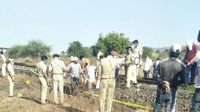 Ngủ trên đường ray, 14 người bị tàu cán chết ở Ấn Độ