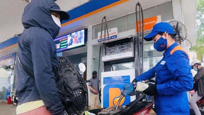 Giá xăng tăng vượt 13.000 đồng/lít