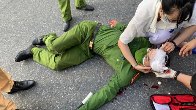 Thanh niên cố thông chốt, tông trọng thương cảnh sát